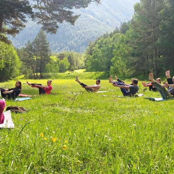 Йога а палаточном лагере